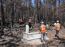 Yangının mezarlıklarda bıraktığı izler silinmeye çalışılıyor