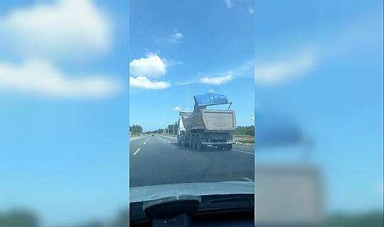 (Özel) Şile yolunda kamyonun kasasından dökülen parçalar paniğe neden oldu